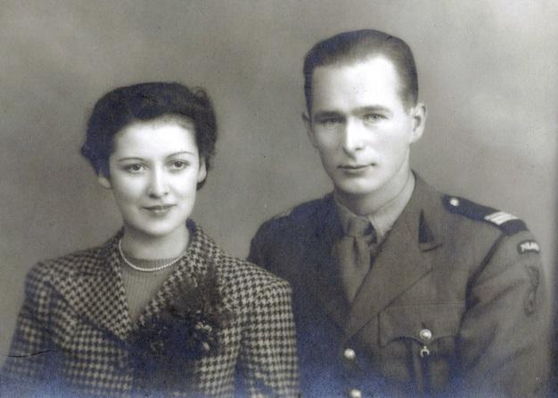 Wedding photograph of Jan Tomasik and Catherine Kimlin, Galashiels 1942